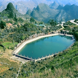 Hồ treo trên đỉnh Mã Pì Lèng